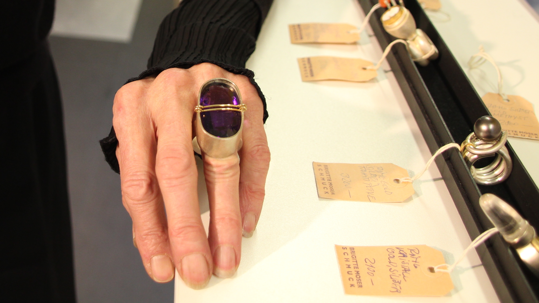 Brigitte Moser kreiert ganz eigenwilligen Schmuck: Hier ein grosser Amethyst-Ring.