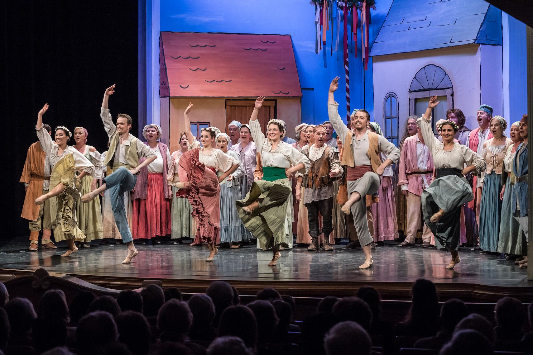 Der Chor des Stadttheaters Sursee in Aktion.