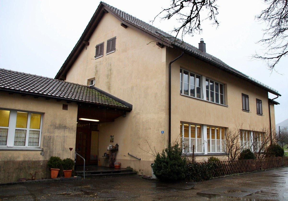 Das Schulhaus Finstersee ist klein und nicht mehr ganz so modern. Das störe jedoch überhaupt nicht, findet die Klassenlehrerin.