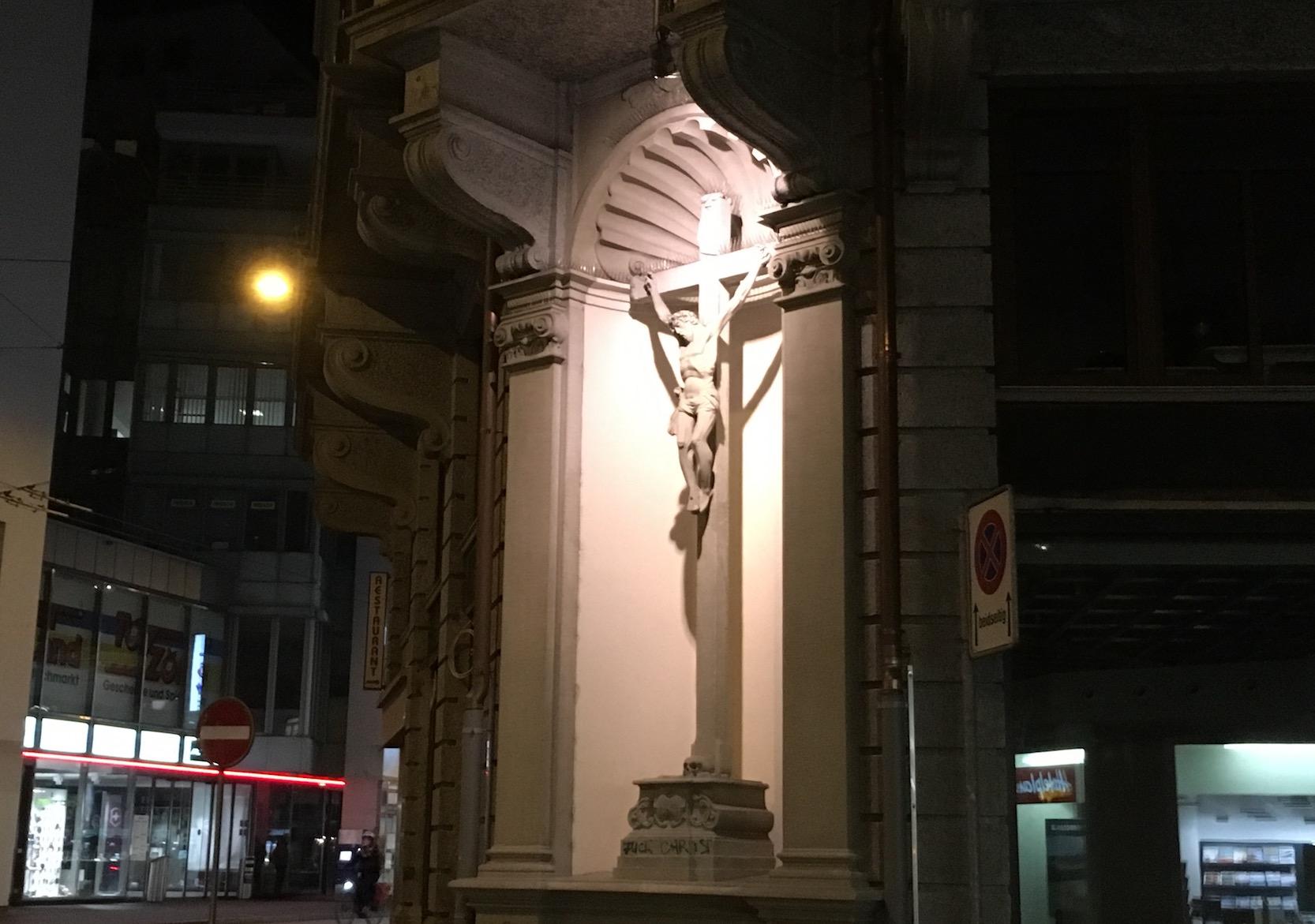Das Kreuz an der Hofstrasse 1. Im Hintergrund ist das Löwencenter sichtbar.