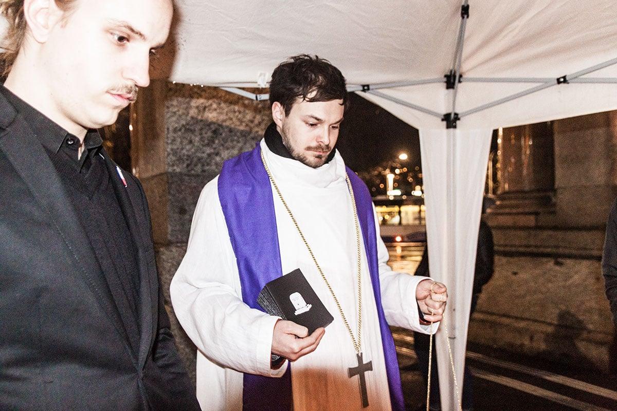 Der 3fach-Pfarrer beerdigt den Sender.