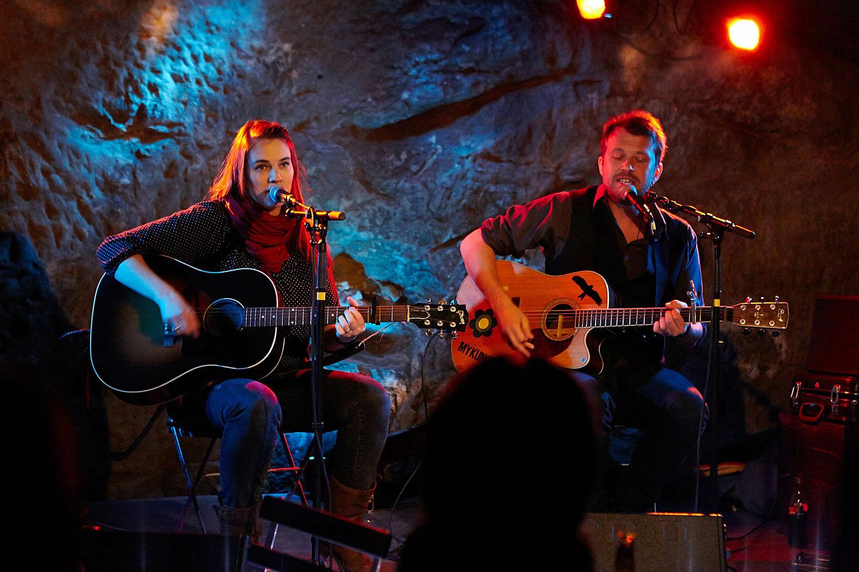 Lesley Meguid und MyKungFu (Domi Schreiber) bei einem Auftritt im «Schtei».