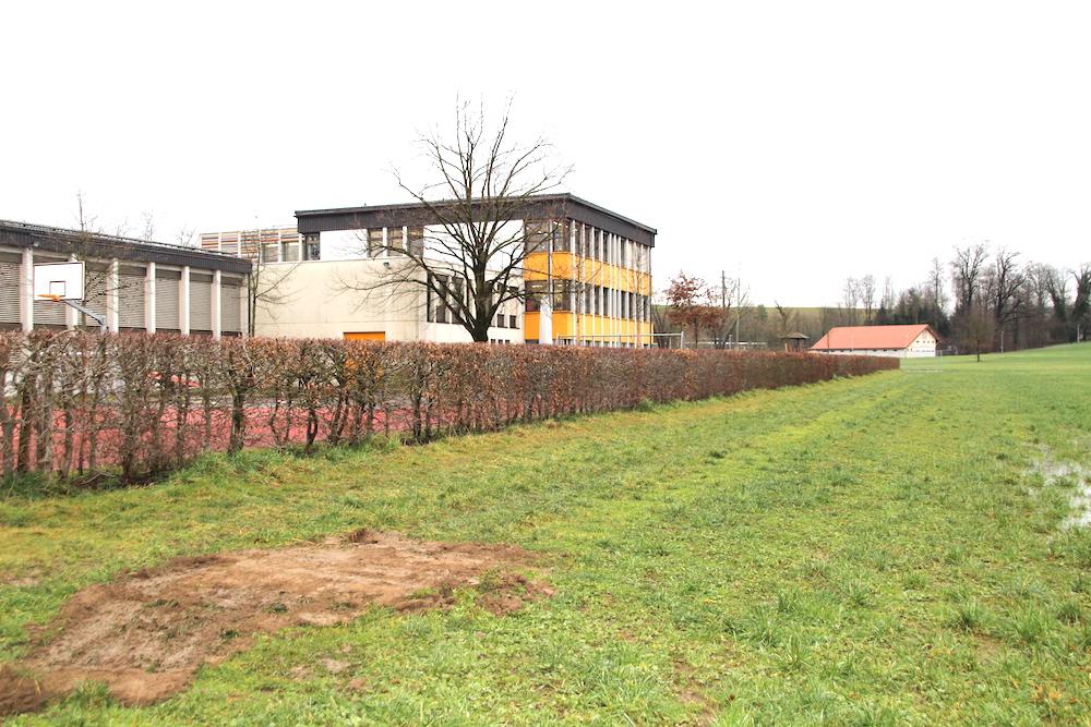 Entlang der Hecke, ums Schulhaus der Hagendorner Primarschule herum, führt der 340 Meter lange Bypass.