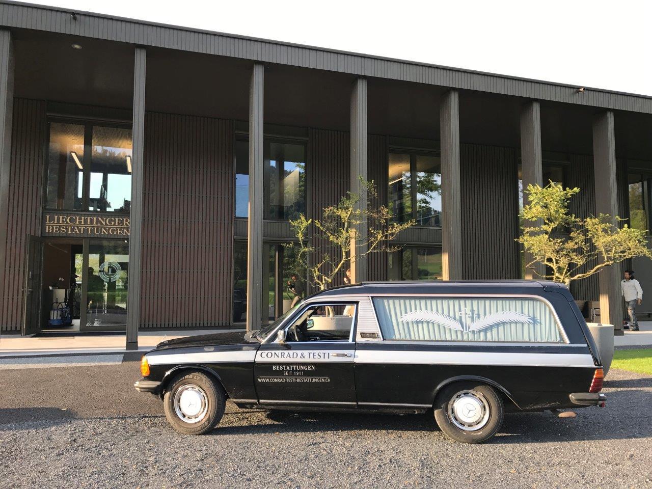 Der Bestatter-Wagen hat in Malters parkiert.