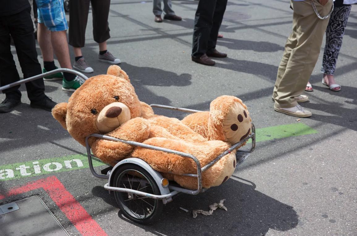 Mit dem Teddybär haben die Initianten für ihre nationale Initiative geworben.