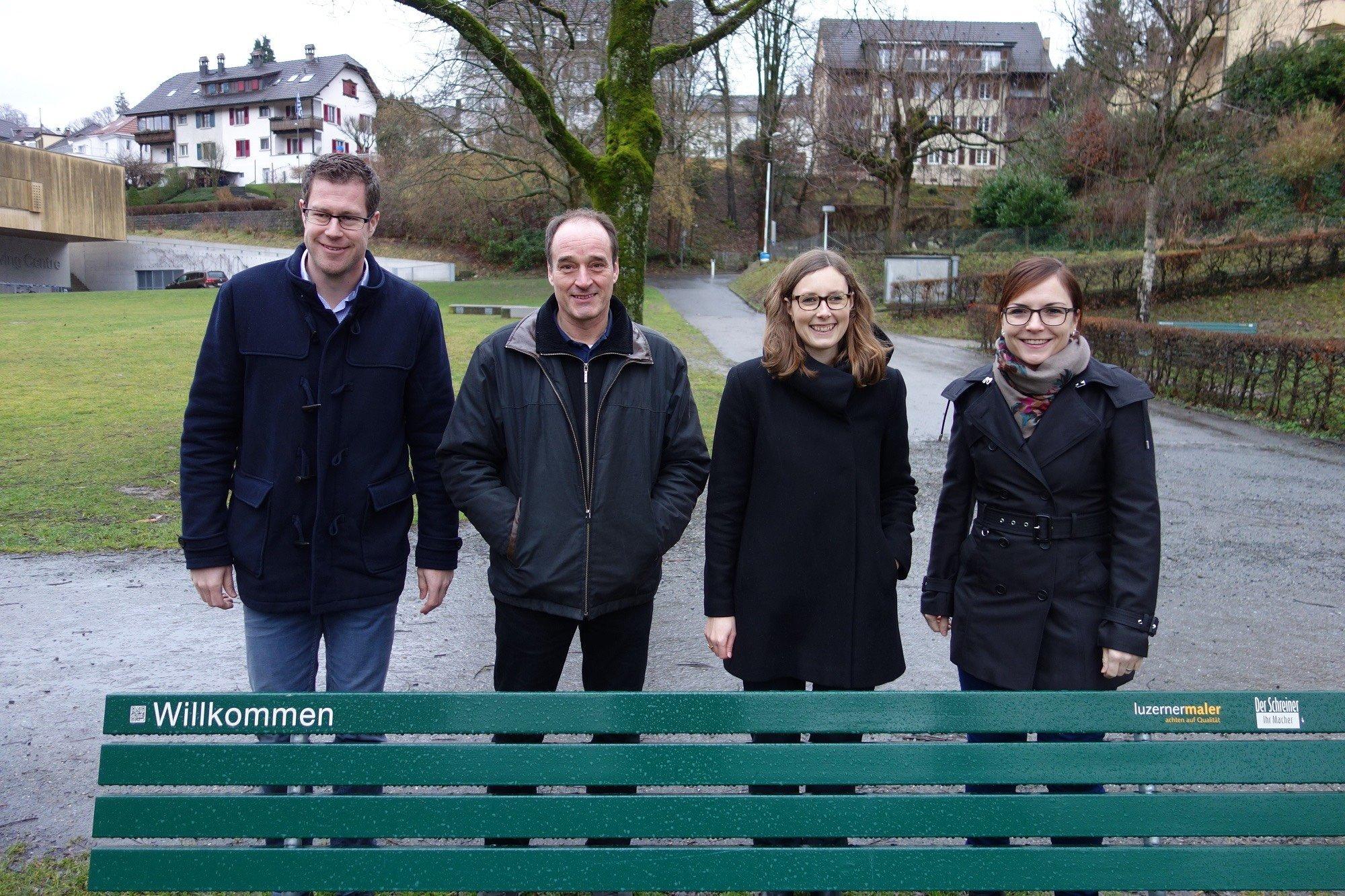 Stehen für eine erfolgreiche Zusammenarbeit für die Stadtluzerner Sitzbänke: Cornel Suter (links), Gerold Michel, Anna Hartmann und Sandra Räber.