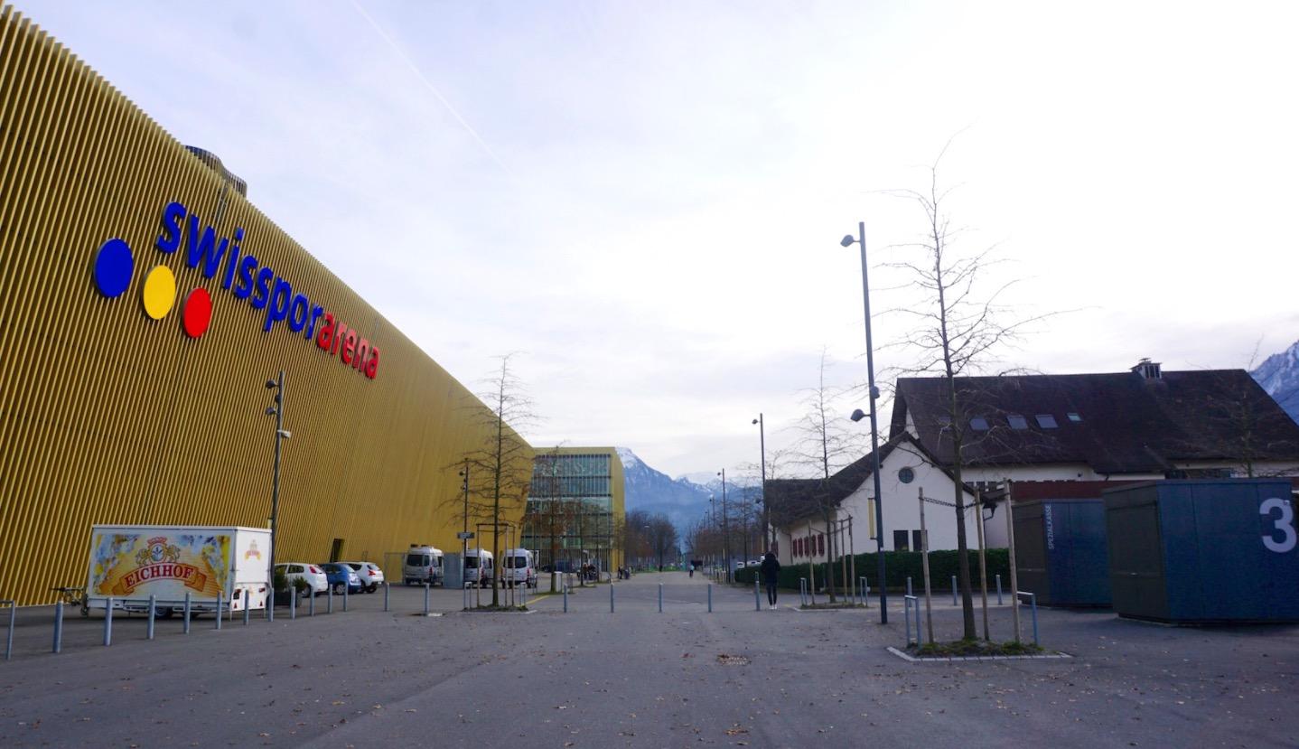 Links die Swissporarena – rechts die Beiz.
