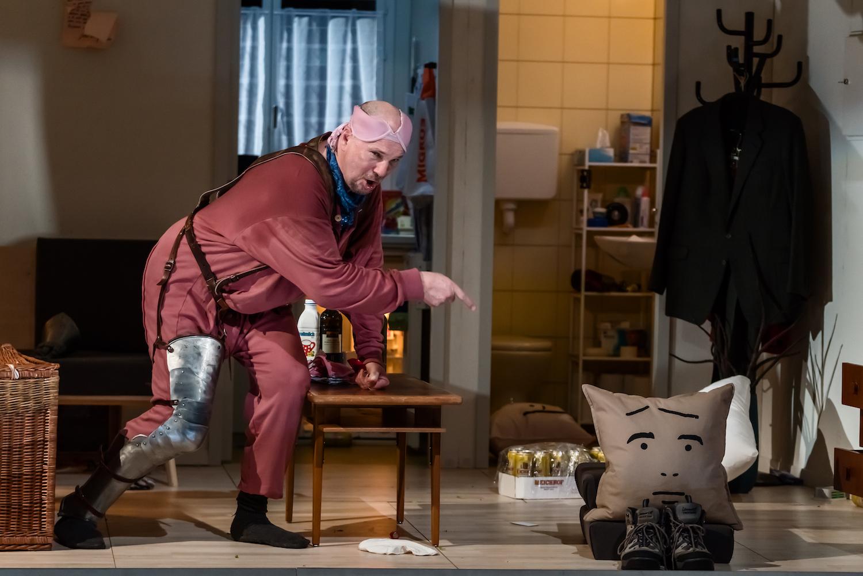 Falstaff wütet in der gutbürgerlichen Wohnung.