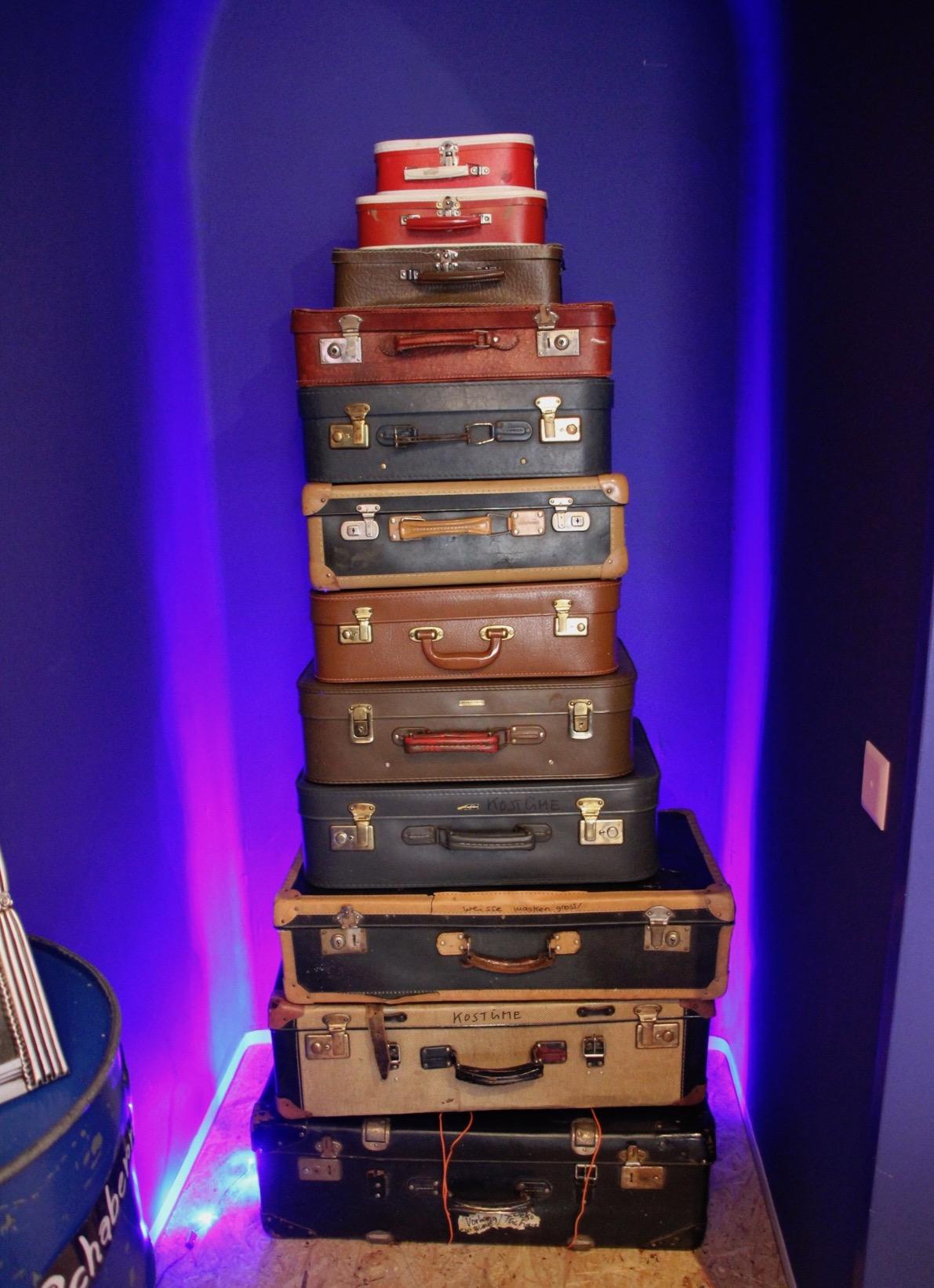Die gestapelten Koffer im Variété dienen als Schrank.
