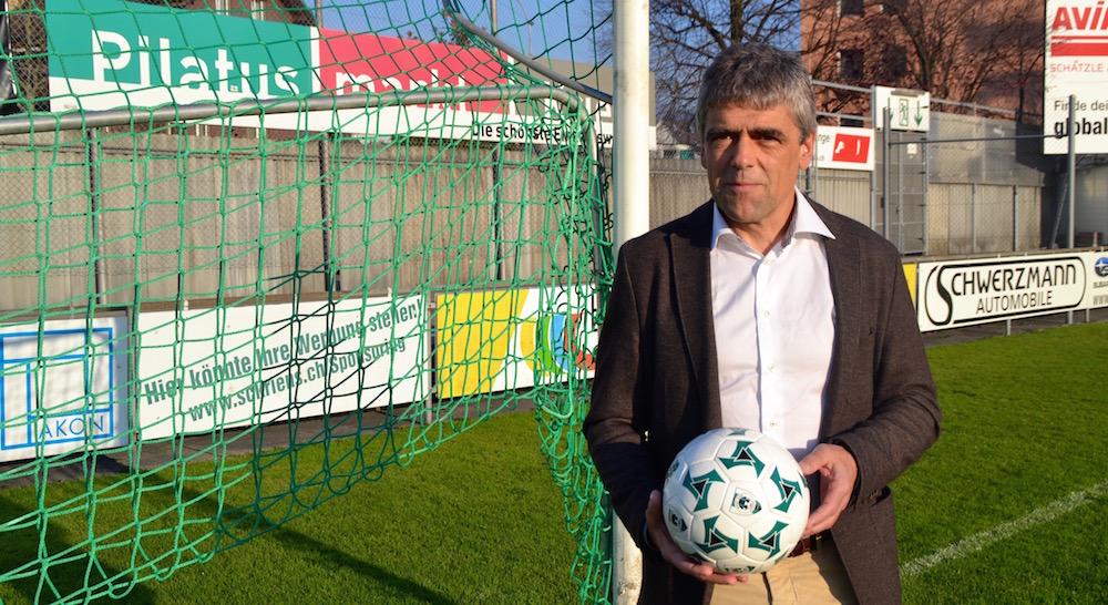 Grosser Fussball auf dem Krienser Kleinfeld. Der Präsident lässt die Kugel rollen.