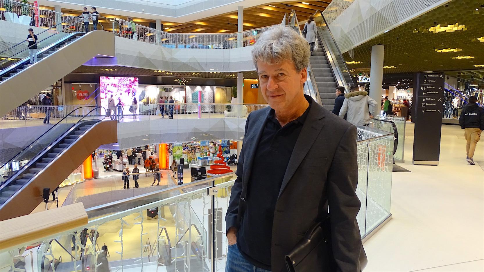 Werner Schaeppi, Kommunikationsbeauftragter der Mall of Switzerland, klärt über notwendige Erfordernisse auf.