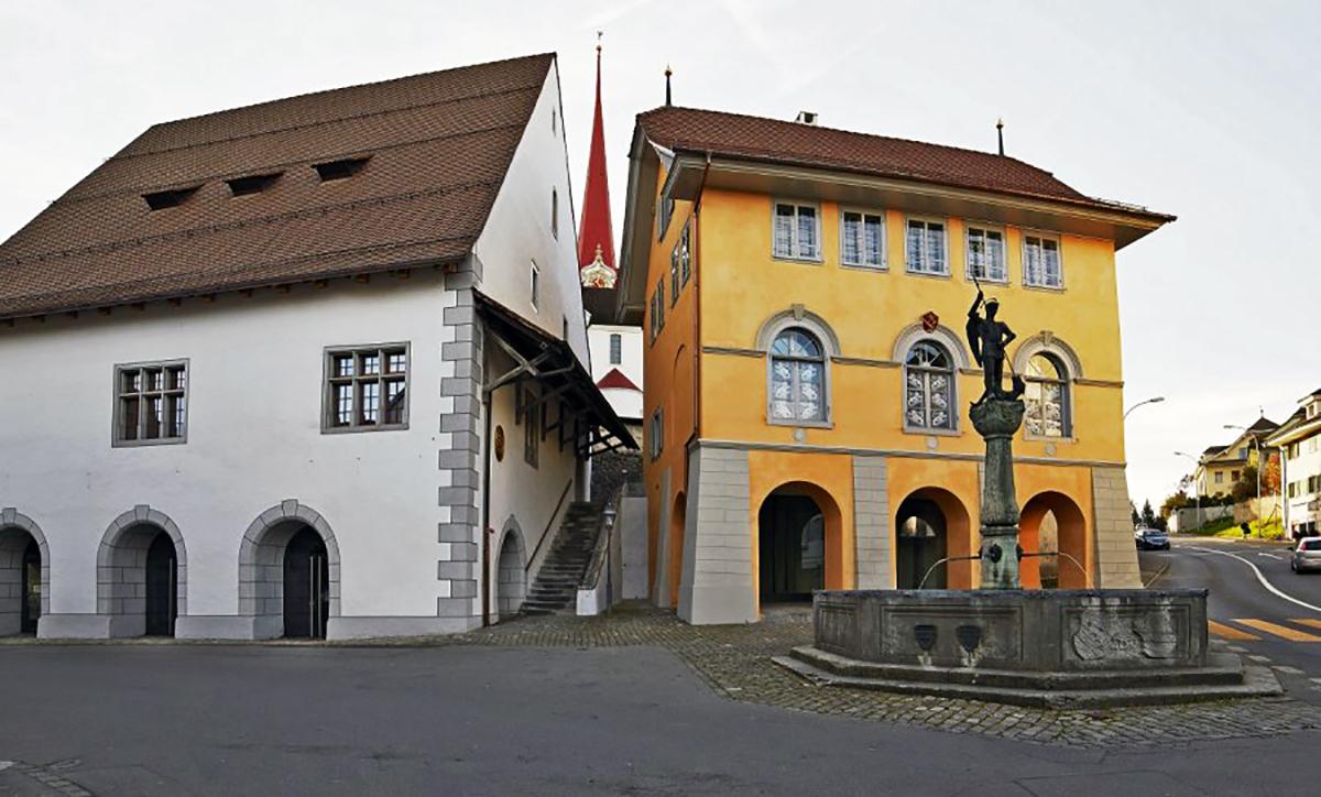 Links das Stiftstheater Beromünster, rechts im Bild ist die «Schol» zu sehen. Im Hintergrund sieht man den Spitz der St.-Michaels-Kirche.
