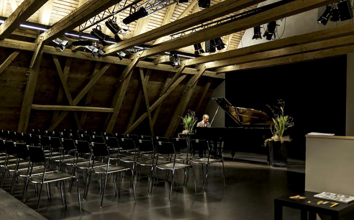 Das offene Gebälk des Theatersaales sorgt für ein heimeliges Ambiente.