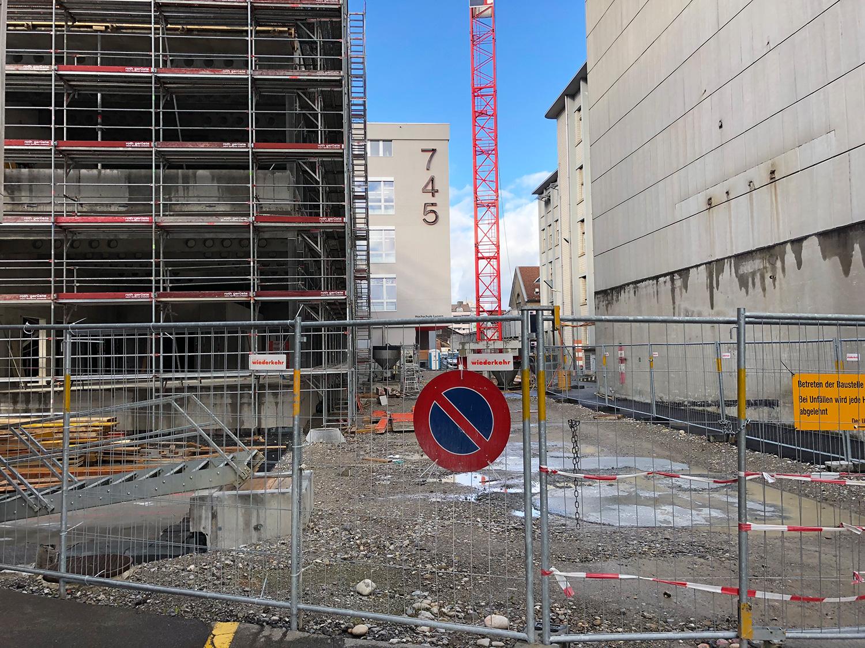 Neben dem Bau 745 entsteht momentan der Neubau, der 2019 bezogen wird.