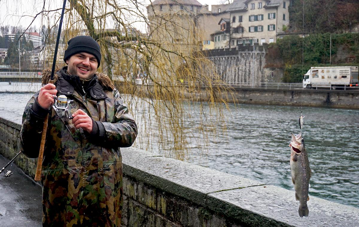 Die erste Forelle an der Angel und sichtlich stolz: der 26-jährige Marko Veljkovic aus Luzern.