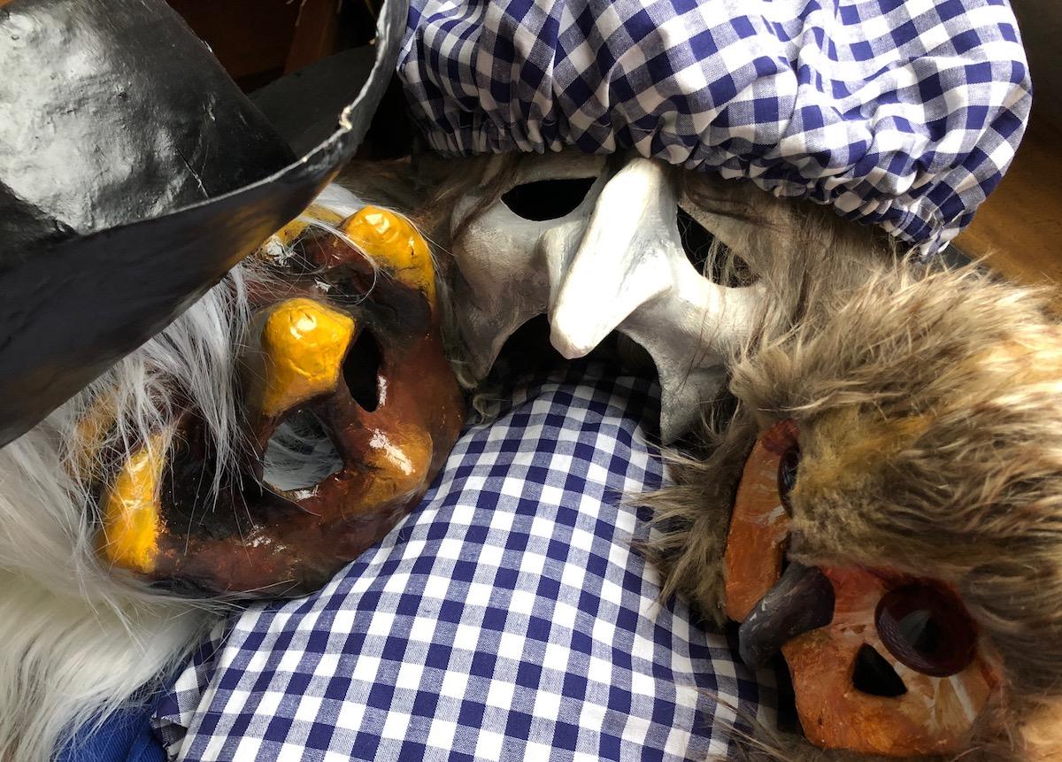 Masken der Luzerner Fasnacht: mal kleinkariert, mal ein Vogelgrend.
