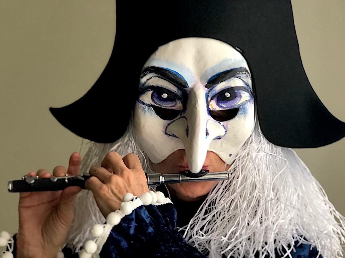 Typisches Basler Outfit: Chantal Staubli als Harlekin mit Piccoloflöte.