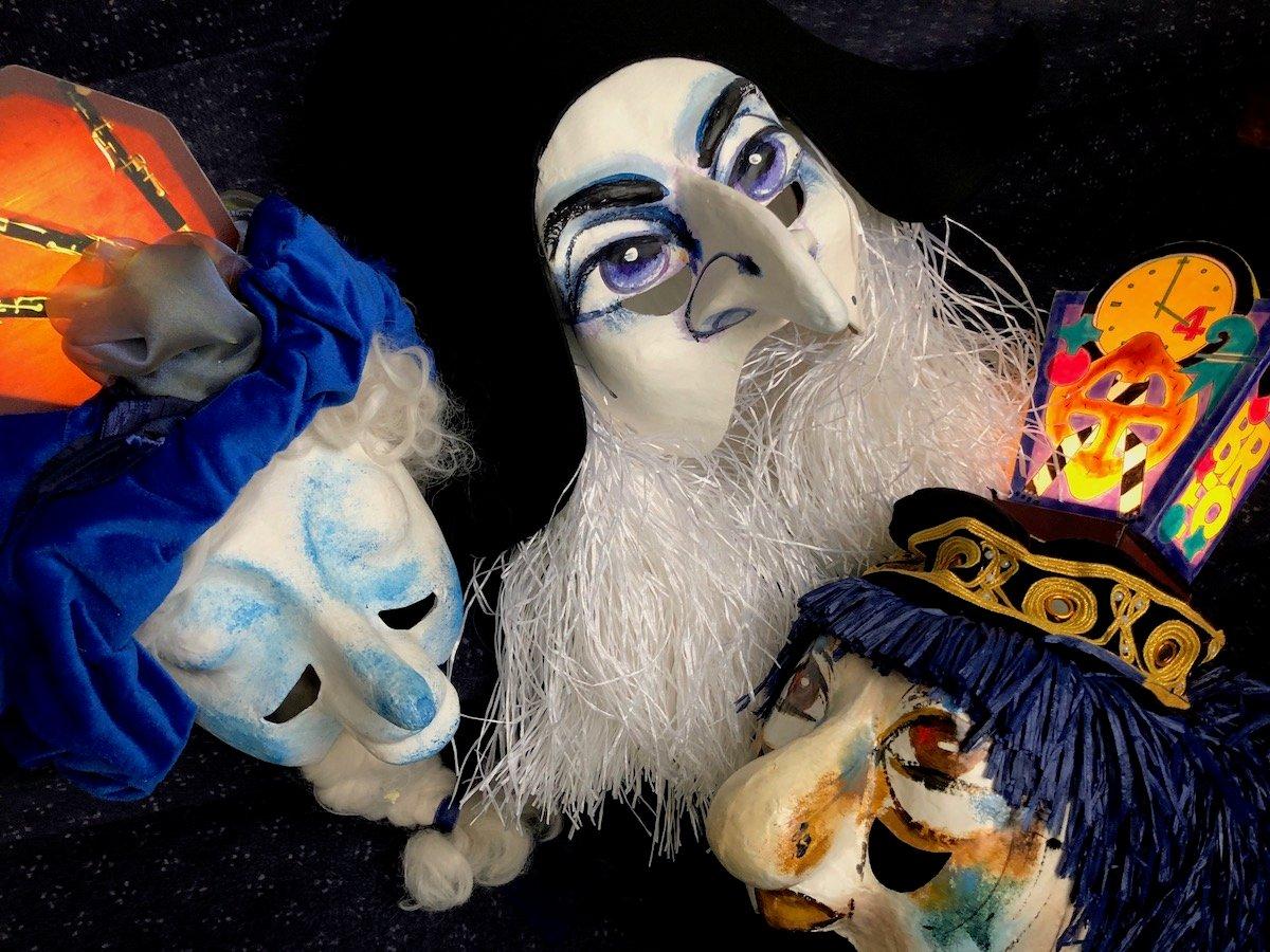 Typische Masken der Basler Fasnacht: zum Morgestraich leuchten die Lämpli.