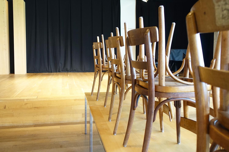 Beizenstühle und viel Holz dominieren den Bau 4.