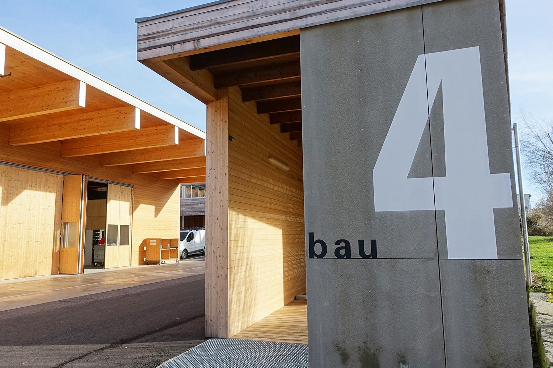 Am Rande des Werkplatzes neben einer grossen Produktionshalle steht der Bau 4.