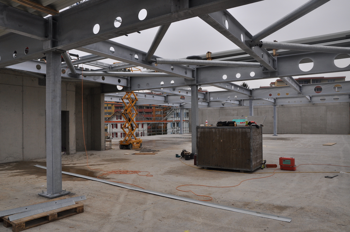 Auf der Baustelle wird gerade das Dach gebaut.