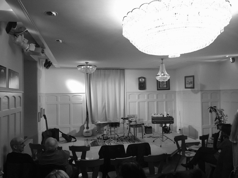 Blick in das Lokal und auf die Bühne: Wenn keine Kulturveranstaltungen stattfinden, dient der Saal als Gaststube.