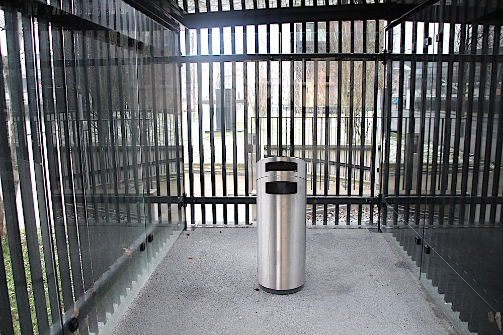 Vergittert mit zentralem Aschenbecher: Die «Raucherlounge» bei Siemens wirkt schon fast wie ein Käfig.
