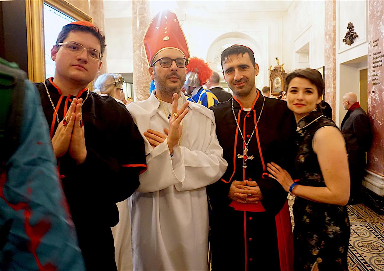 Päpstlicher Segen für die Partygänger.