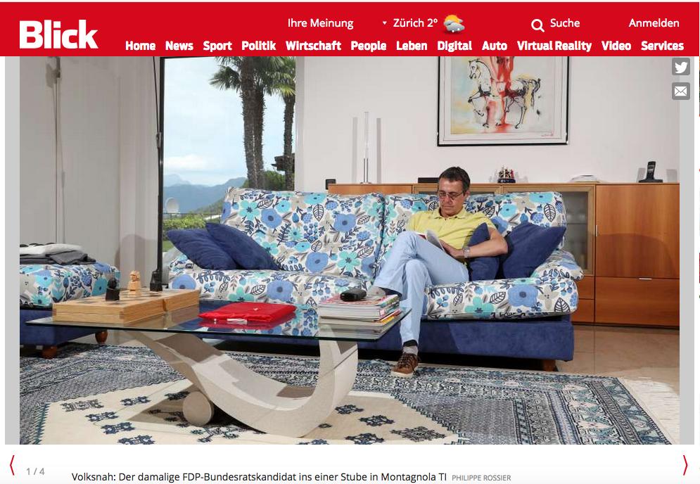 Bundesrat Ignazio Cassis zeigt mit seinem blauen Blumensofa einen komischen Geschmack in Sachen Einrichtung.