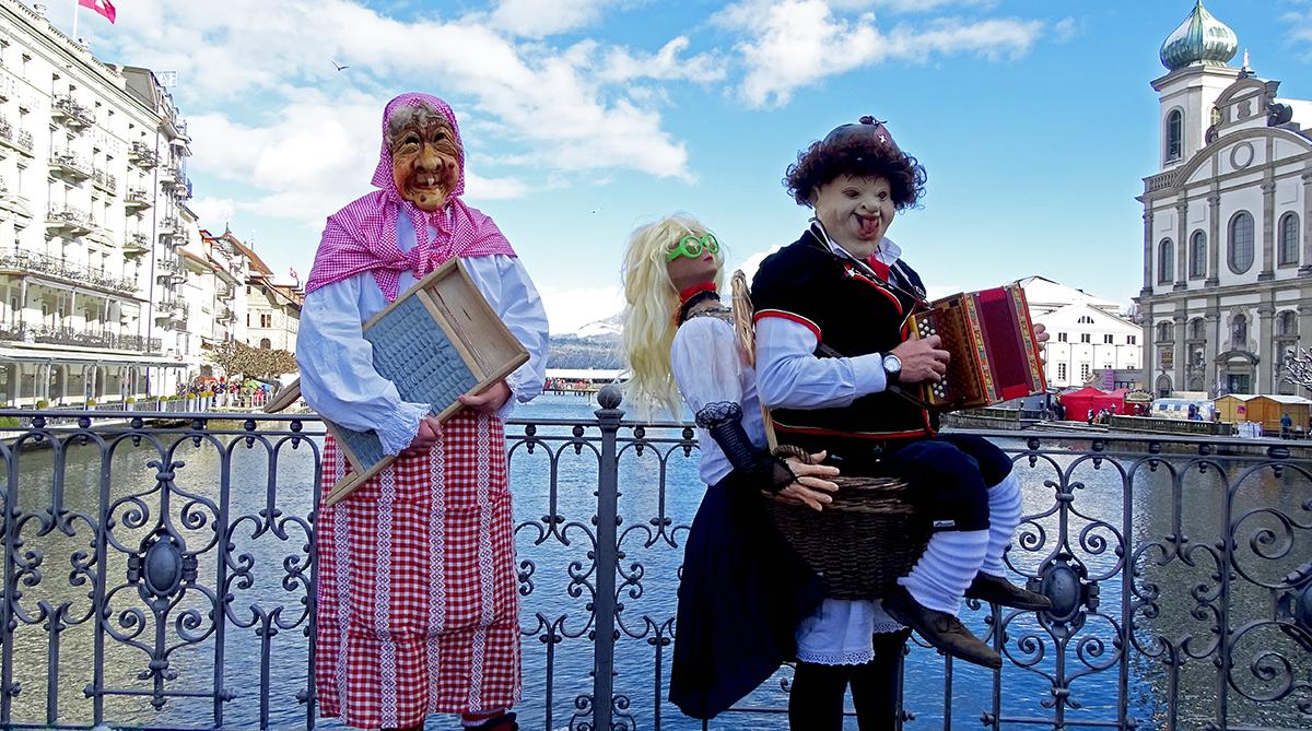 Ruedi aus Beinwil am See und Roger aus Birrwil geniessen die Luzerner Fasnacht.