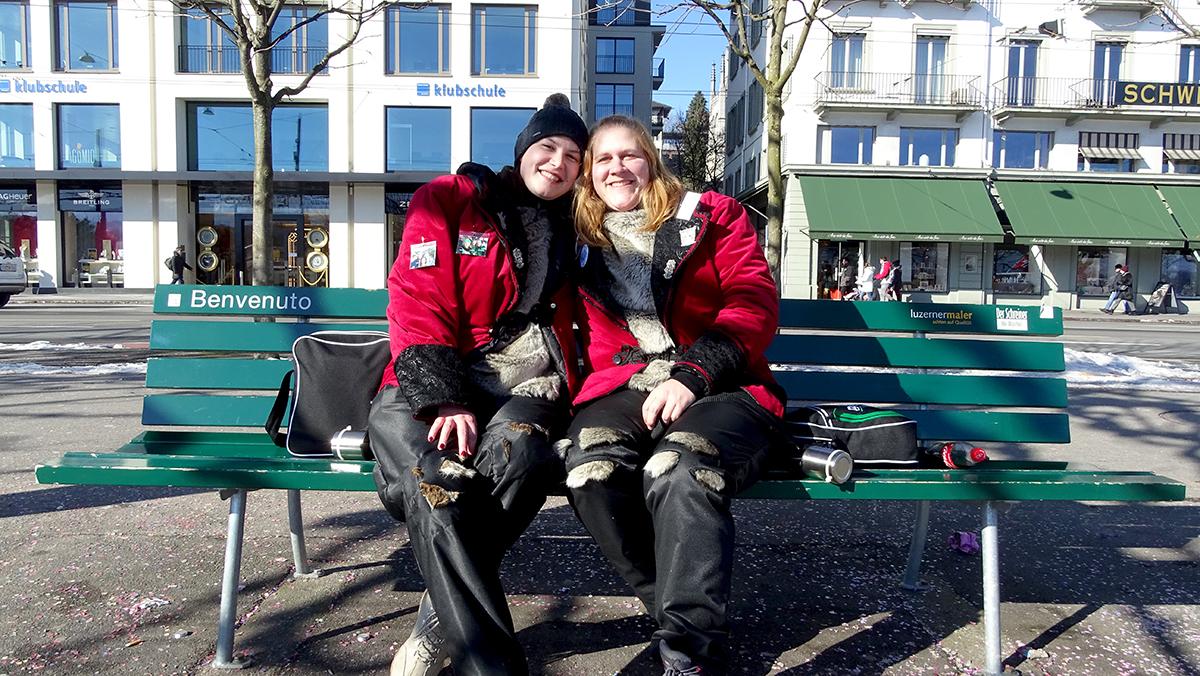 Am Valentinstag / Aschermittwoch wird geschlafen, so die beiden Fasnächtlerinnen Ramona Weibel und Rahel Schwarzentruber.