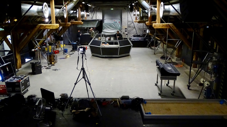 Wird in den Köpfen vieler nationaler und internationaler Künstler bleiben: Blick von der Bühne auf den Saal mit dem Ufo.