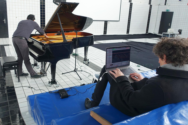 Soundcheck für ihr Experiment in Neubad: Hans-Peter Pfammatter spielt am Flügel, Urban Lienert verändert die Sounds am Laptop.