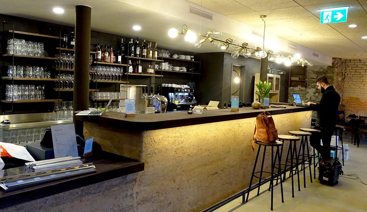 Die Bar im «Karls Kraut» wurde eigenhändig aus Lehm gestampft.