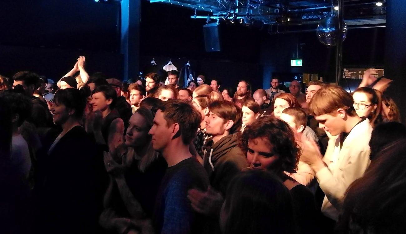 Der Saal voll, das Publikum in Trance.