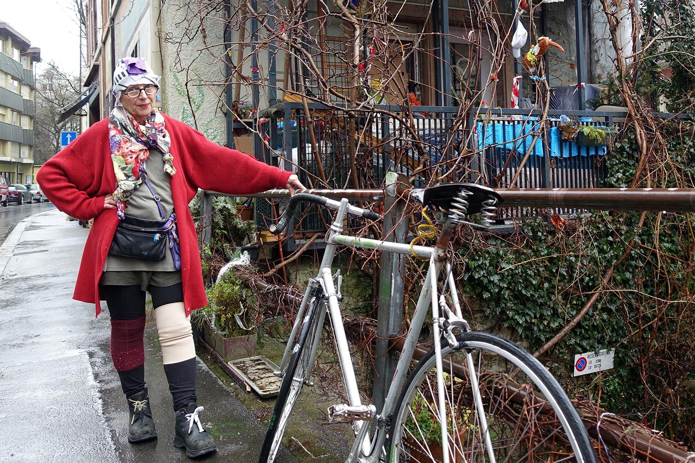 Irène Zappa vor ihrem Haus, in dem sie sich seit einigen Jahren verbarrikadiert.