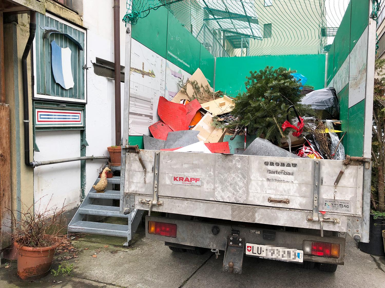 Ein Lastwagen wurde mit Müll von Irène Zappa gefüllt, das Spiel geht alle paar Wochen von vorne los.