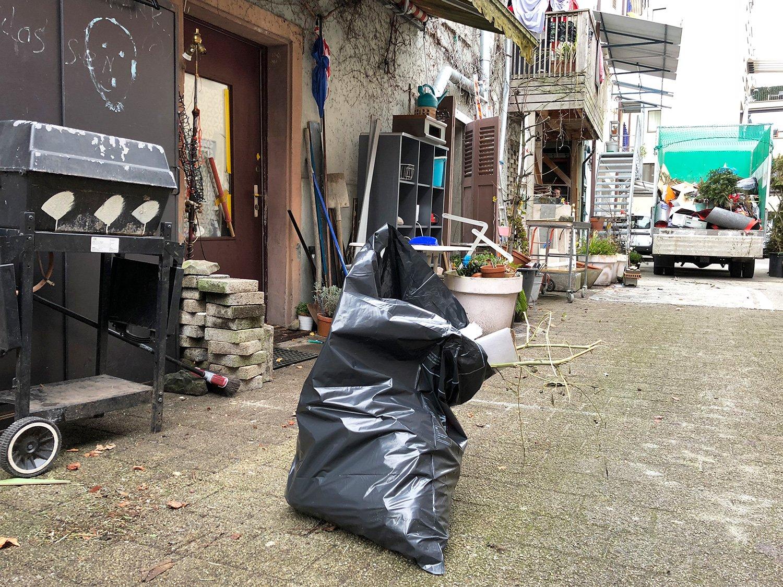 Ein paar Tage nach dem Besuch wurde hinter dem Haus ein Grossteil des Mülls weggeräumt.