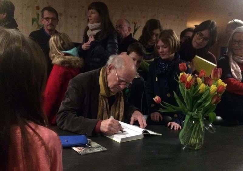 Nach der Lesung nahm ein regelrechter Ansturm auf den Büchertisch und Franz Hohler den ganzen Raum ein. Kaum jemand ging ohne signiertes Exemplar nach Hause.