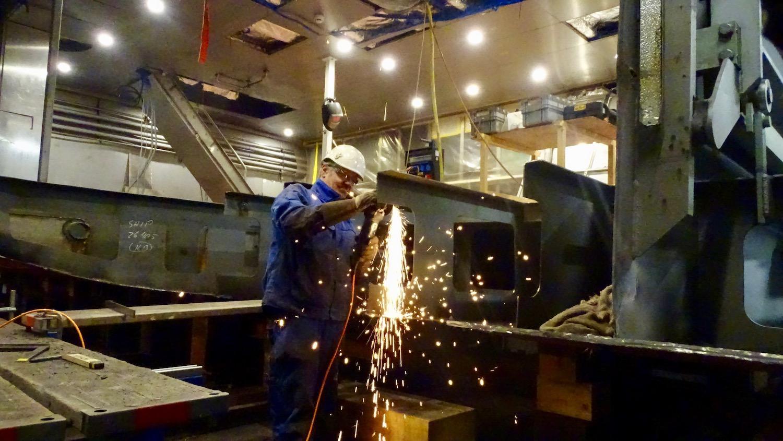 Ganze Stahlträger im Rumpf mussten durchtrennt werden: Ein Shiptec-Arbeiter repariert die «Diamant».