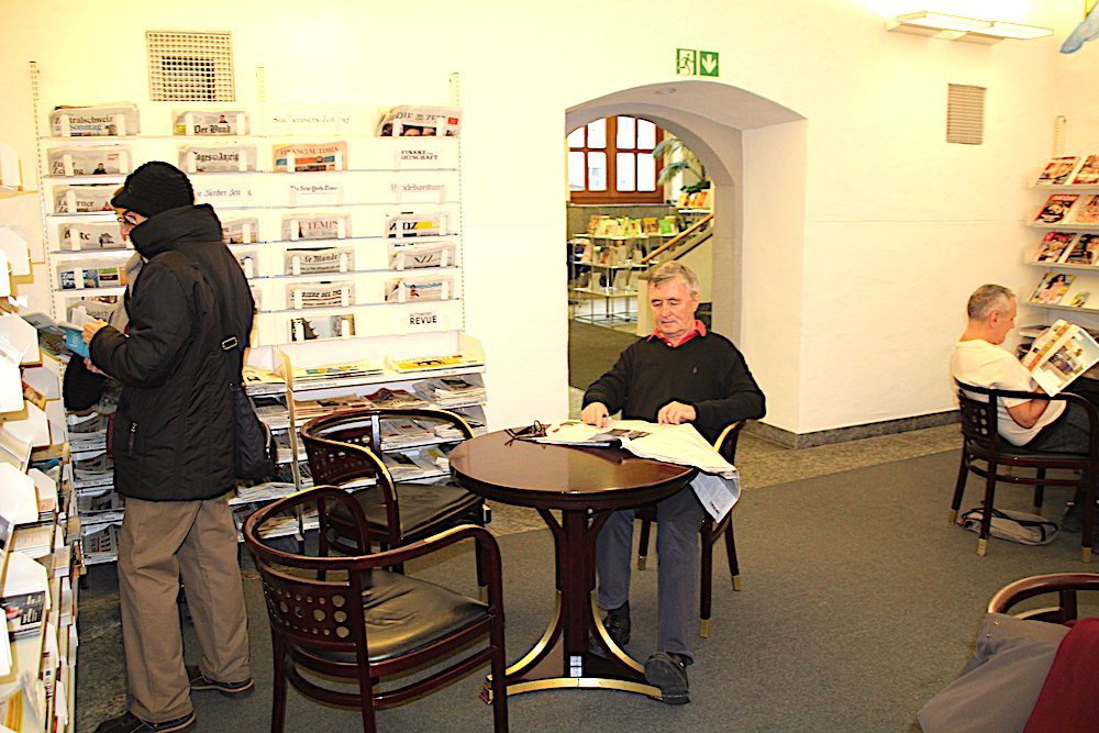 Der Stammtisch der anderen Art: Der Zeitschriften-Lesesaal in der Bibliothek Zug. Heinz Hackl geniesst hier jeden Tag seine Morgenlektüre.