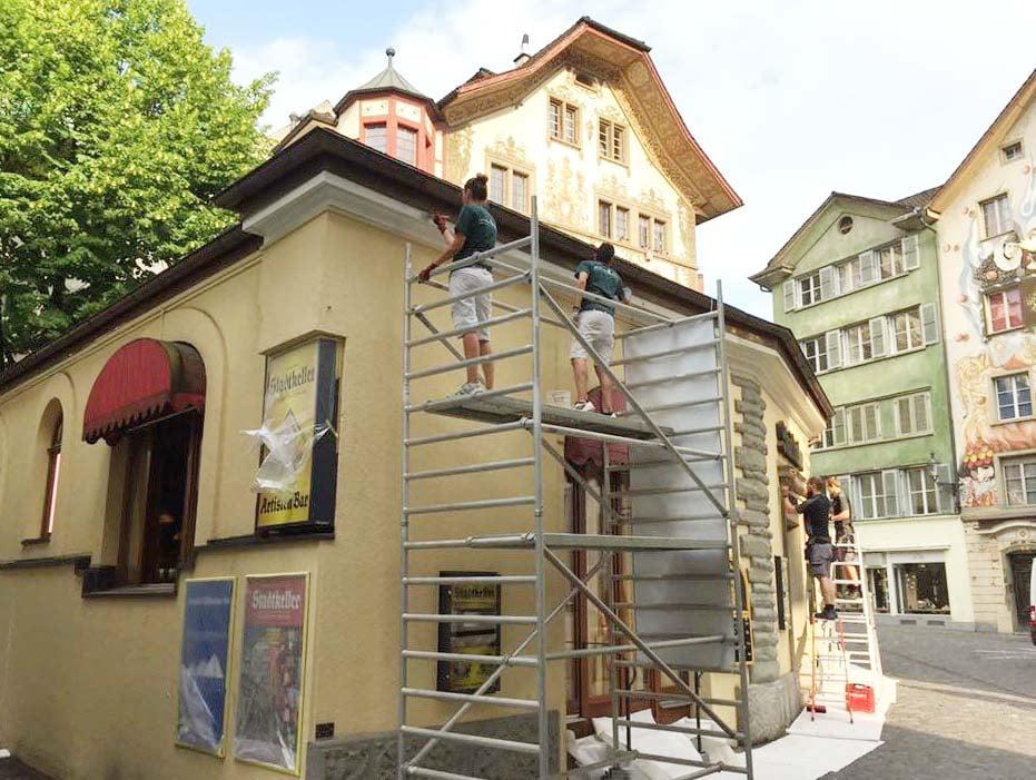 Alessia Colledani und ihr Mitarbeiter bei der Arbeit am Luzerner Stadtkeller.