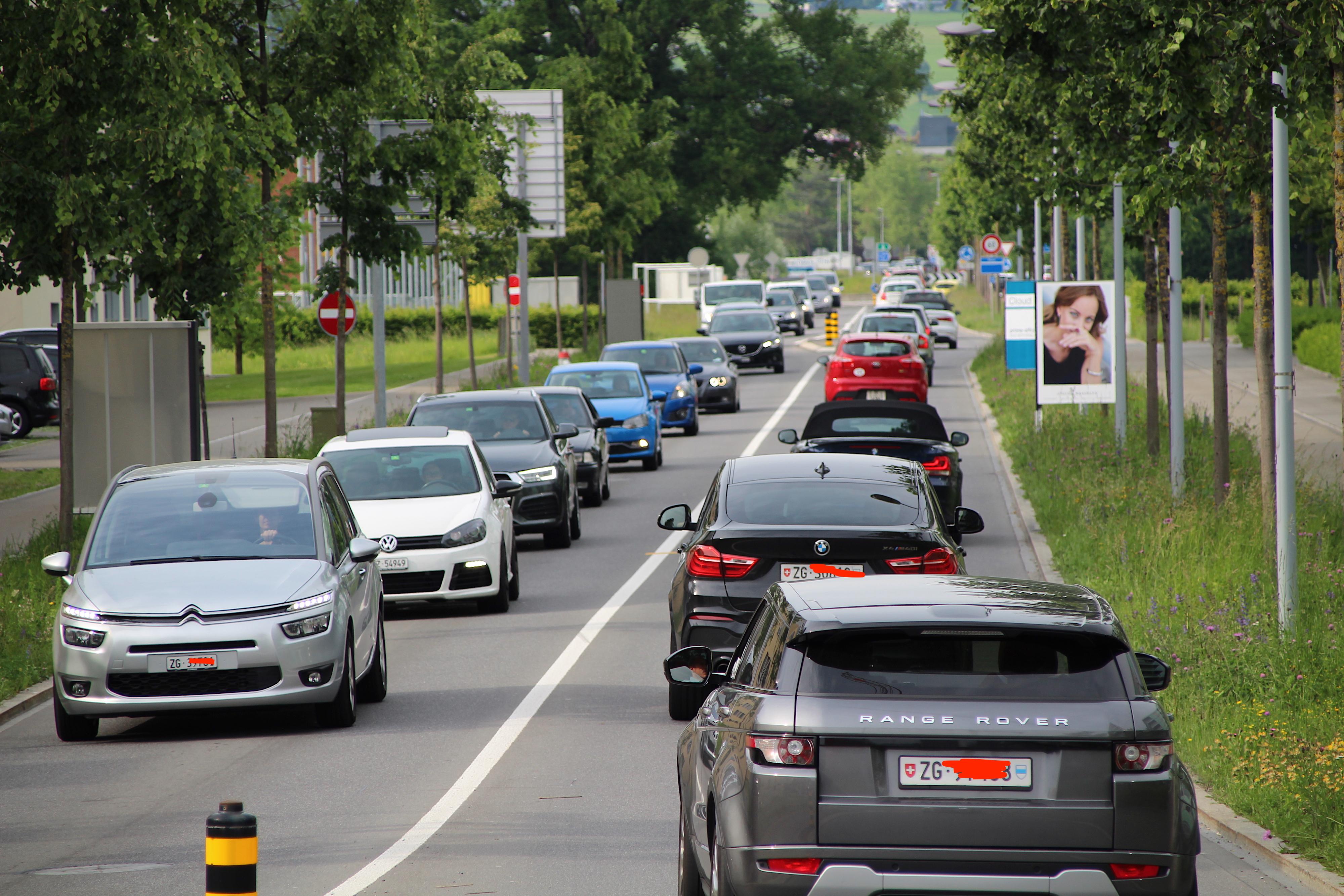 Viel Verkehr herrscht abends auf der Zuger Nordzufahrt Richtung Autobahn.