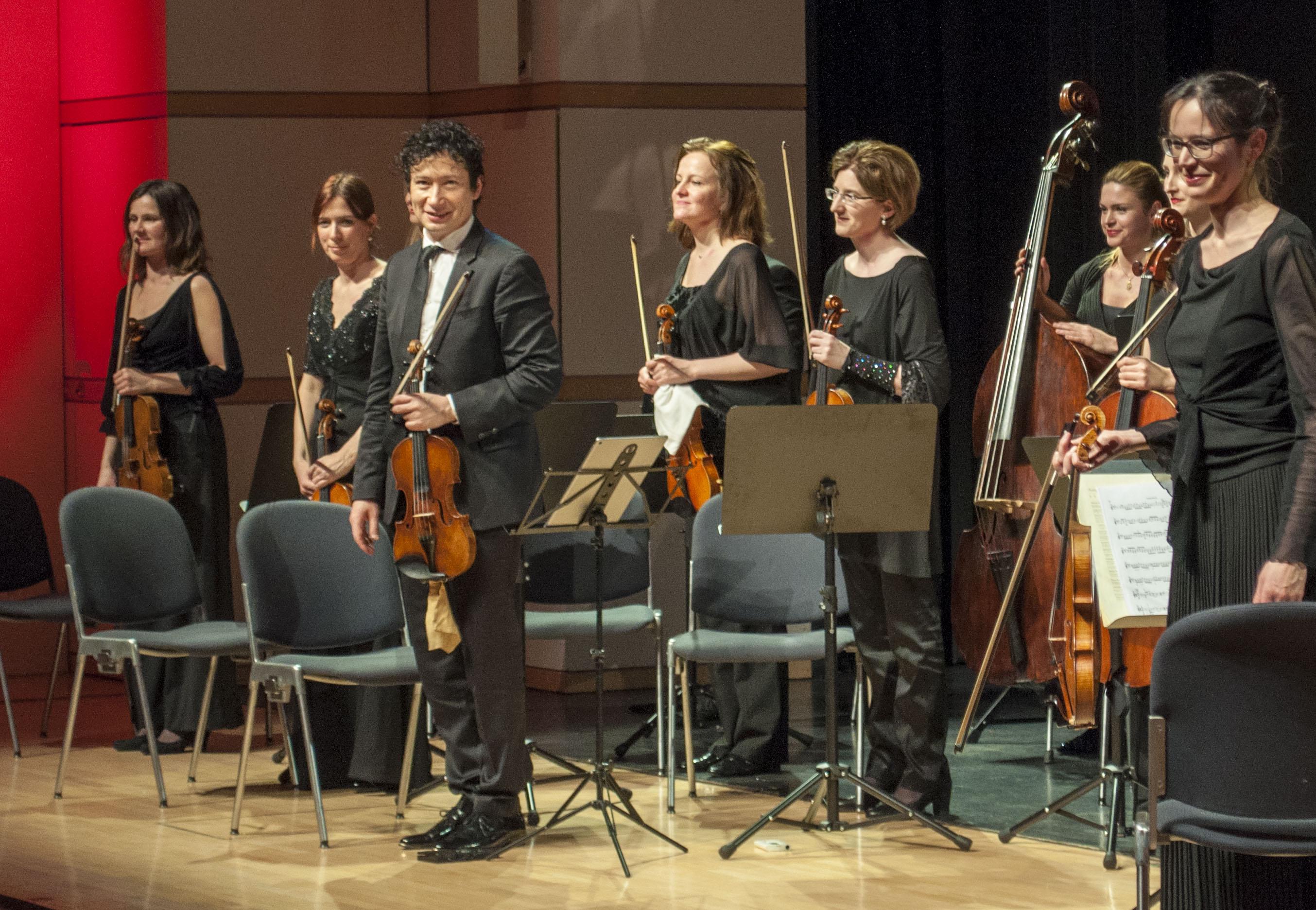 Geniessen den Applaus: Die Zuger Sinfonietta und der Geiger Daniel Dodds.