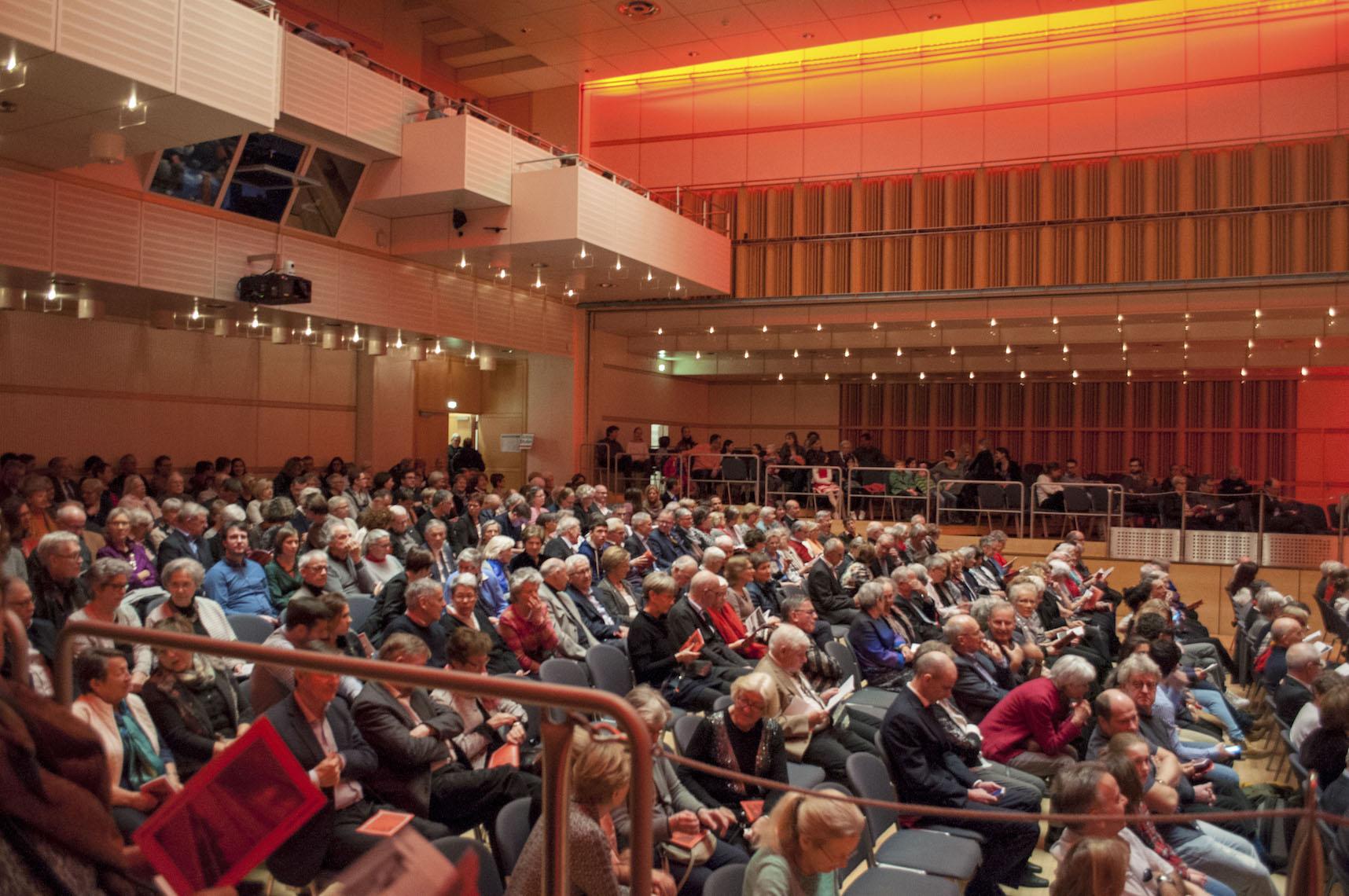 Bumsvoll: Lorzensaal in Cham.
