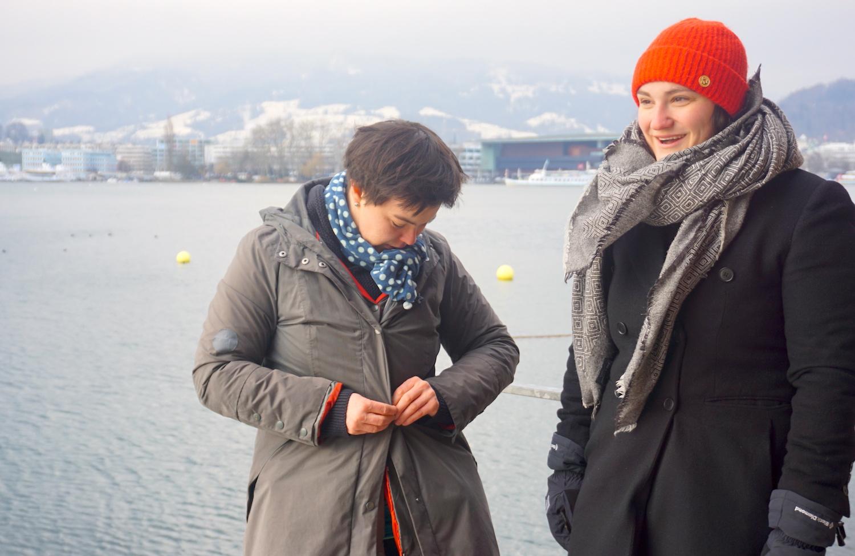 Rasch wieder anziehen: Maria Pilotto (links) und Simone Felber steigen auch im Winter regelmässig in den See.