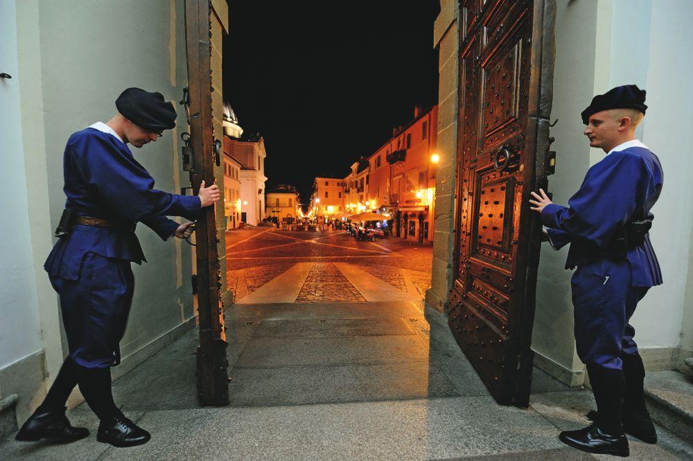 Gardisten bewachen die Eingänge des Apostolischen Palastes im Vatikan.