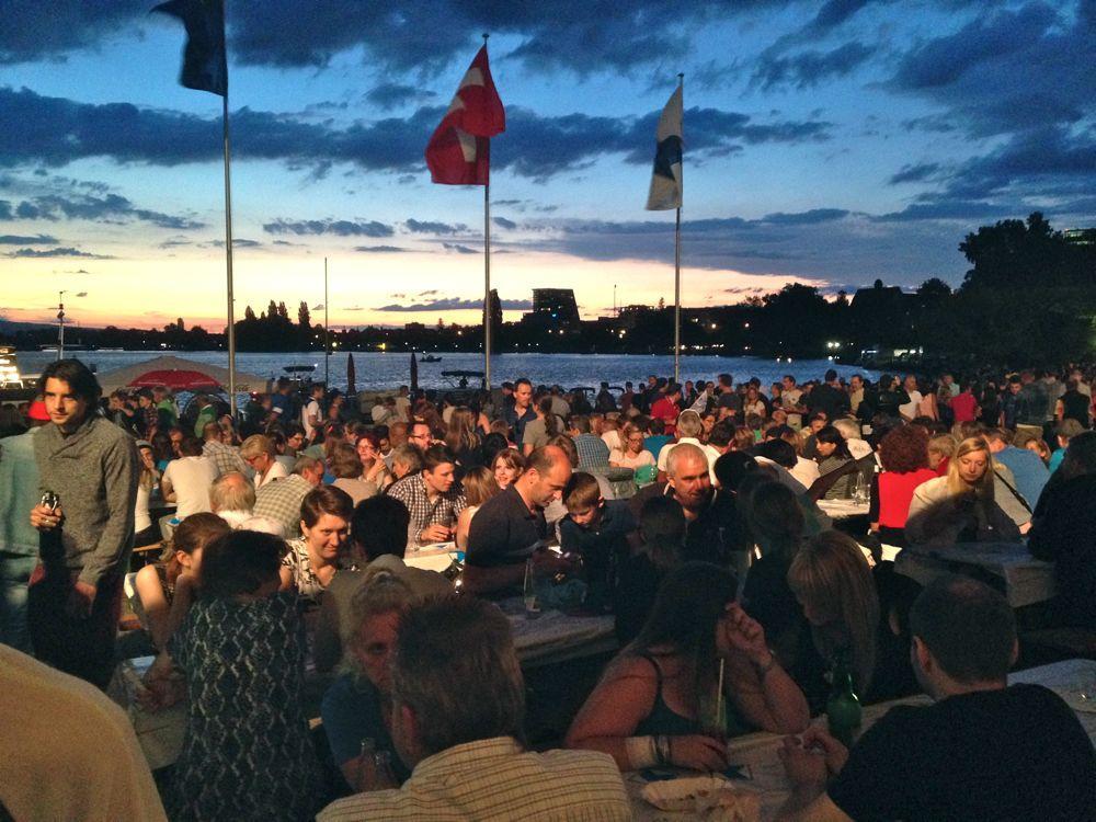 Das Zuger Seefest 2015 lockt 20'000 Besucher an die Seepromenade.