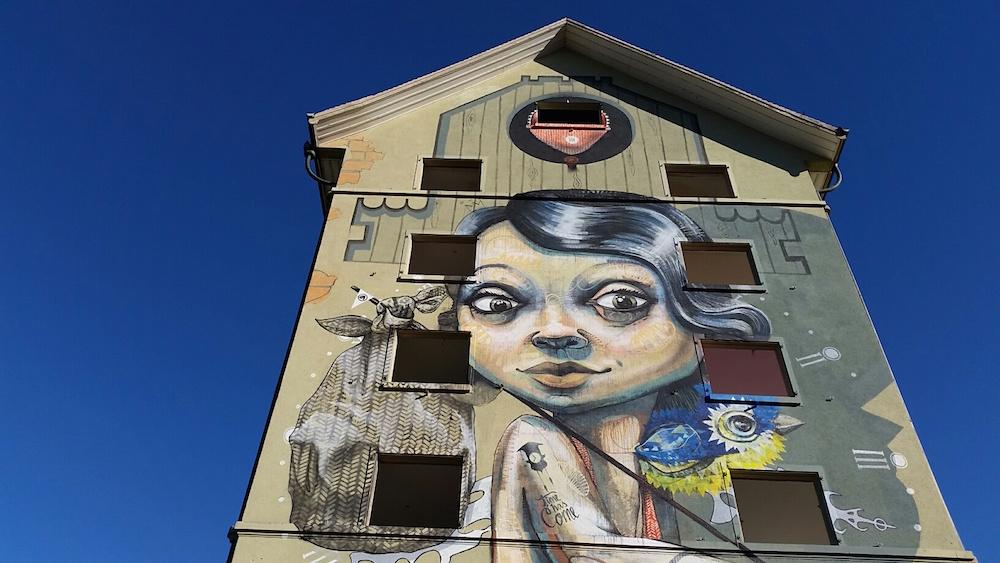 «Die coolste Frau der Stadt» vom Künstlerduo QueenKong, die die Fassade der alten Himmelrich-Siedlung zierte.