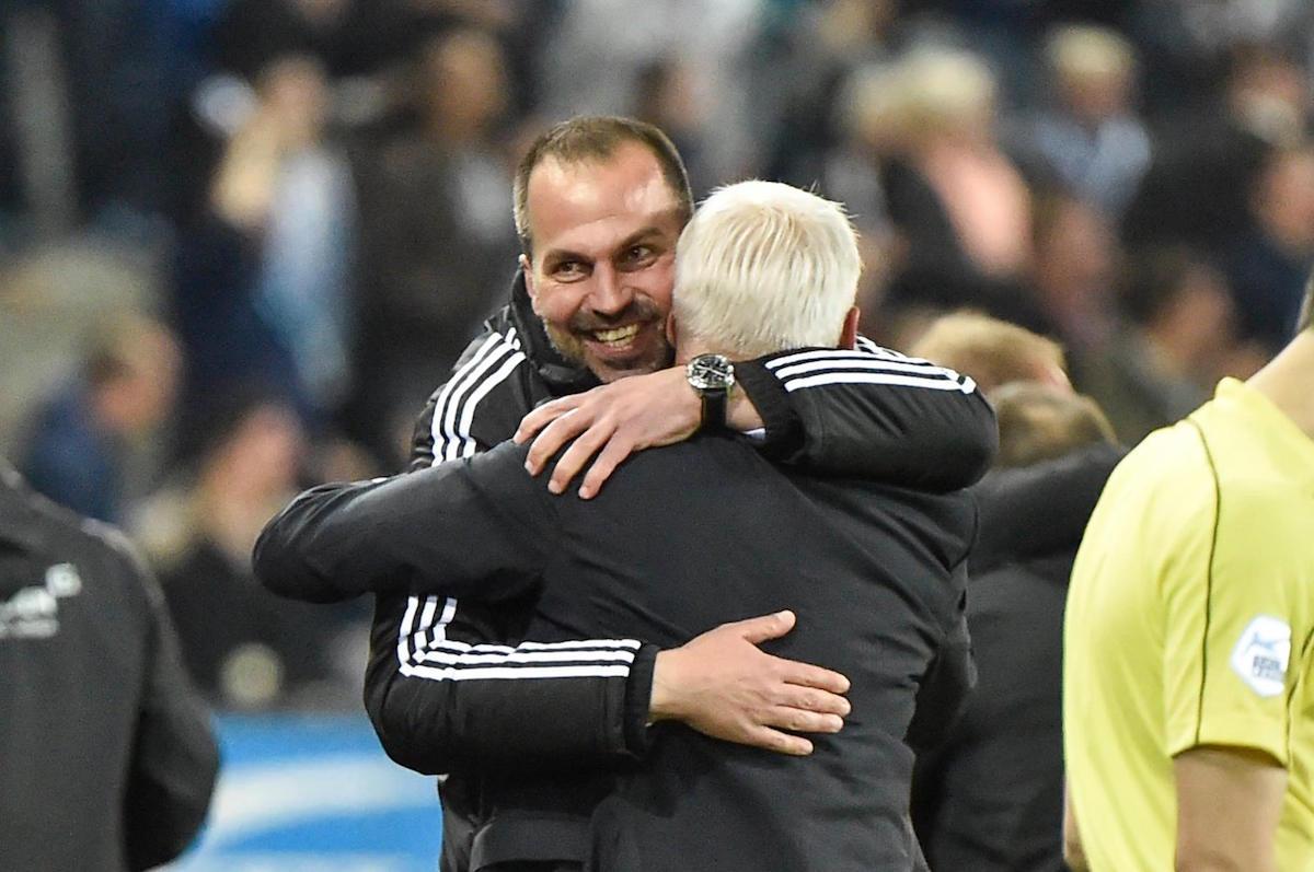 Trainer Markus Babbel und der geschäftsführende Präsident Ruedi Stäger jubeln über den Ausgleich in der 93. Minute.